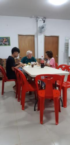 Bill, Jaruwan & Choot enjoying dinner