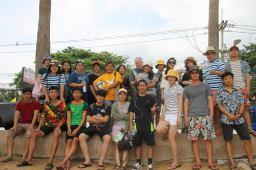 S2S kids and staff at the beach in Pattaya.