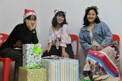 MaiMai, Rose & Cake.  Time to give gifts to Christmas buddies!